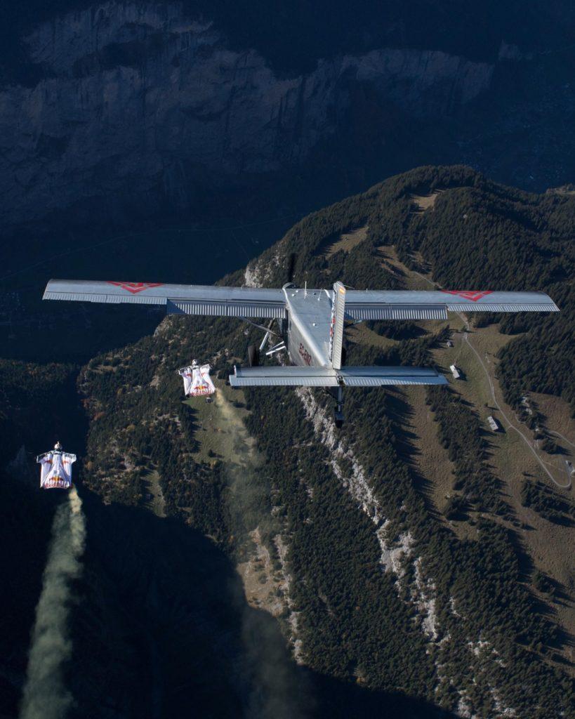 Wingsuit fliegt neben Flugzeug