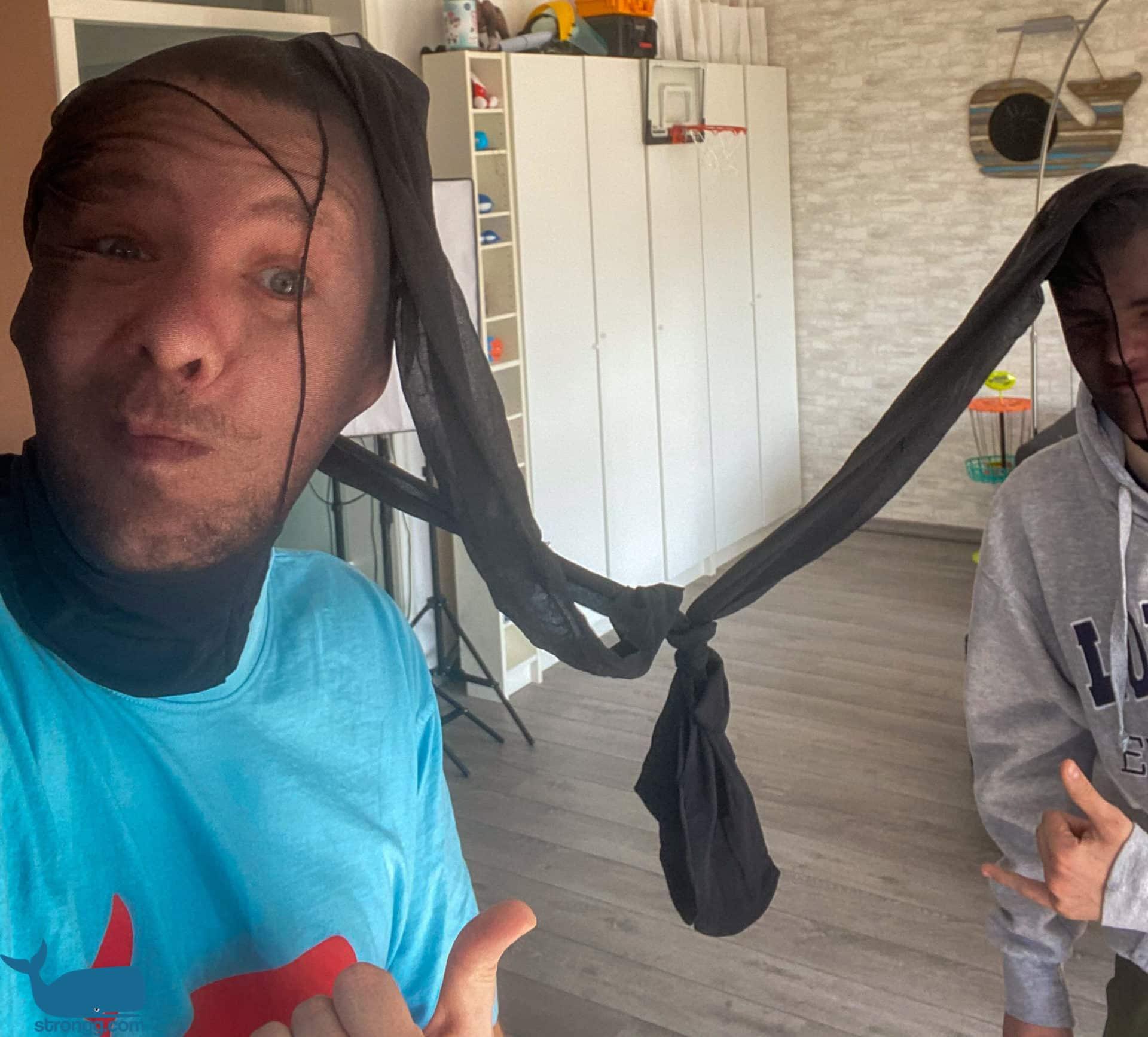 Strumpfhosen Tauziehen mit dem Kopf