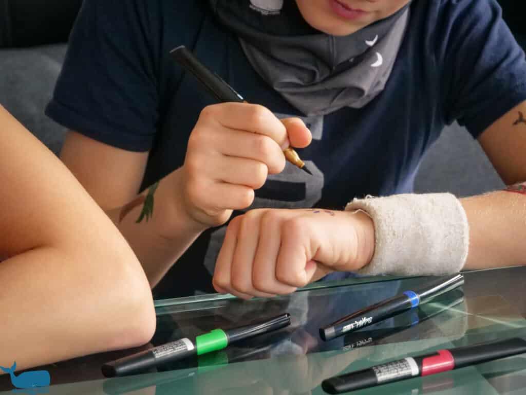 Temporäre Tattoos mit Stiften zeichnen