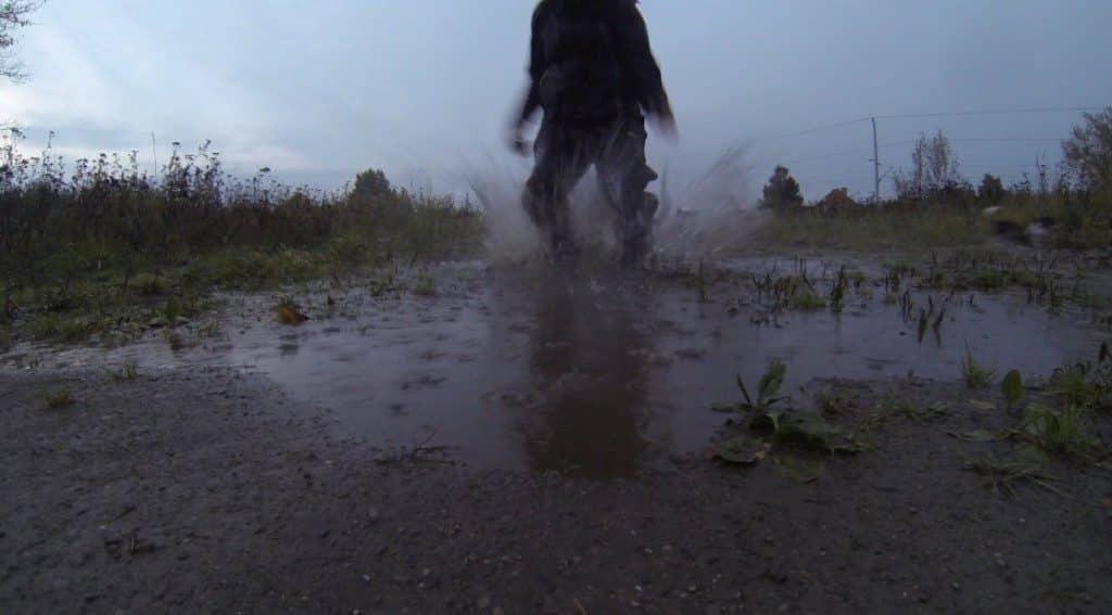 Aktivitäten bei Regen: Pfützen springen