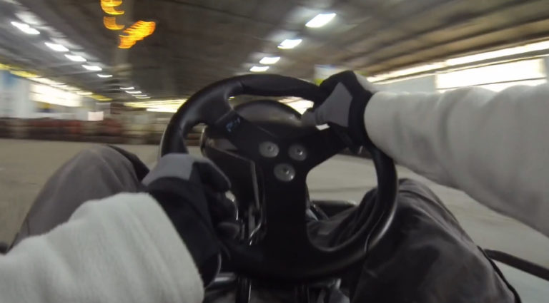 Mit Karts indoor Rennen fahren