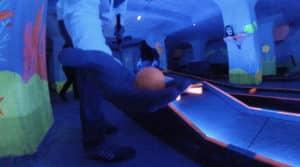 Freizeitideen: Schwarzlicht Minigolf spielen