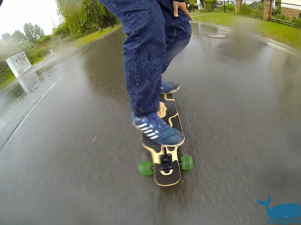 Longboard fahren bei Regenwetter