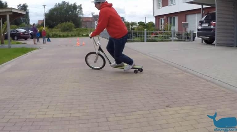 Halb Skateboard, halb Scooter